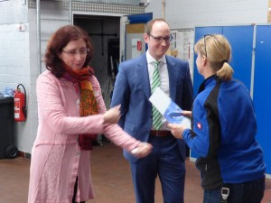 Autohaus-Chefin Ulrike Aull und IMPACT-Regionalleiter Andreas Sturm überreichten jedem Mitarbeiter persönlich die Versicherungsunterlagen.